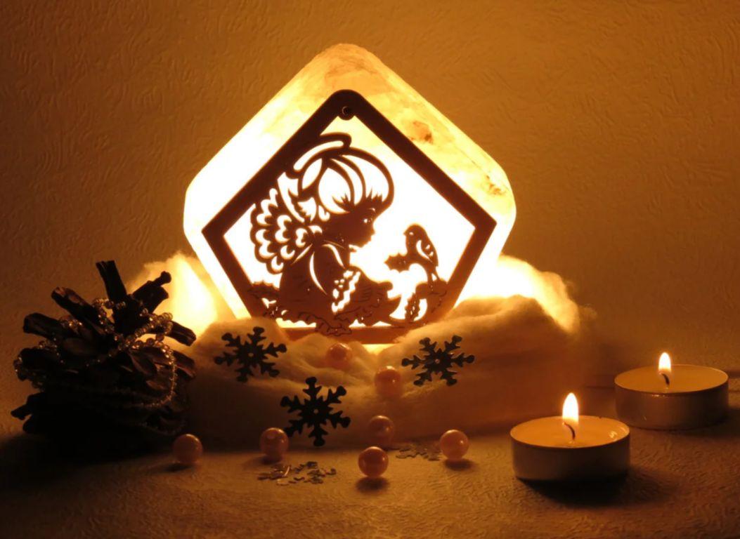 Соляная лампа с деревянными элементами